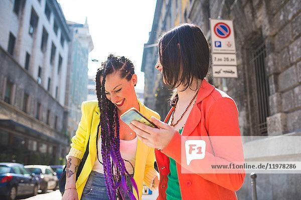 Frauen auf Städtereise mit dem Handy  Mailand  Italien