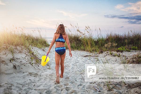 Mädchen geht am Strand spazieren