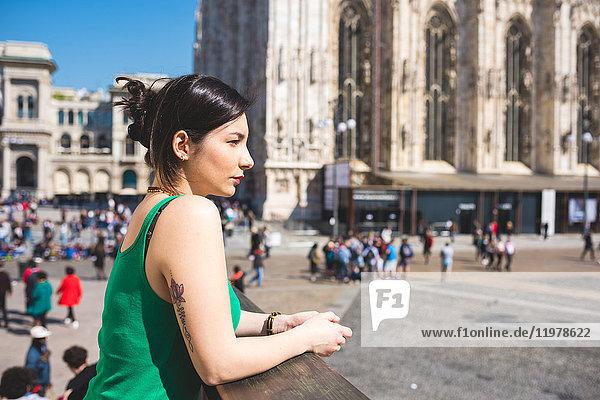 Frau vor Il Duomo  Mailand  Italien