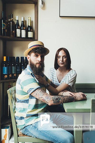 Porträt eines coolen Paares am Stehtisch