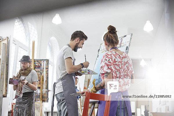 Künstler malen an der Staffelei im Atelier