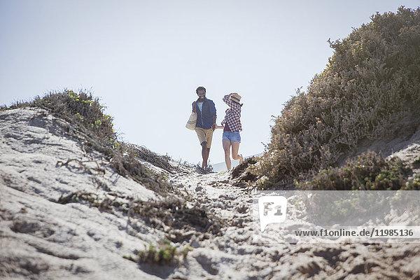 Paarwanderung auf dem sonnigen Sommerstrandweg