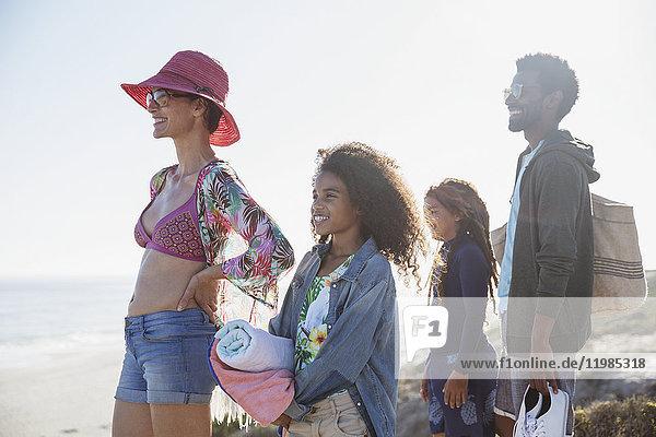 Multiethnische Familie am sonnigen Sommerstrand