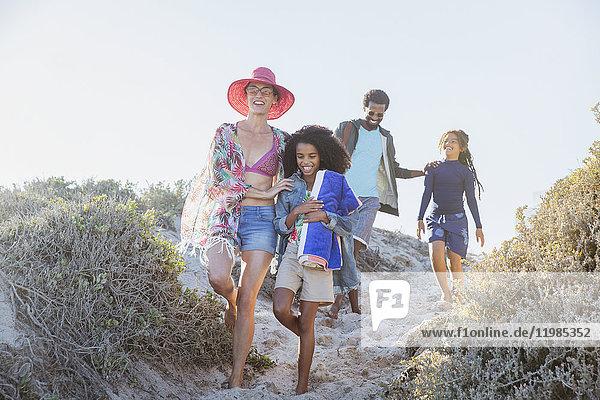 Familienwanderung auf dem sonnigen Sommerstrandweg