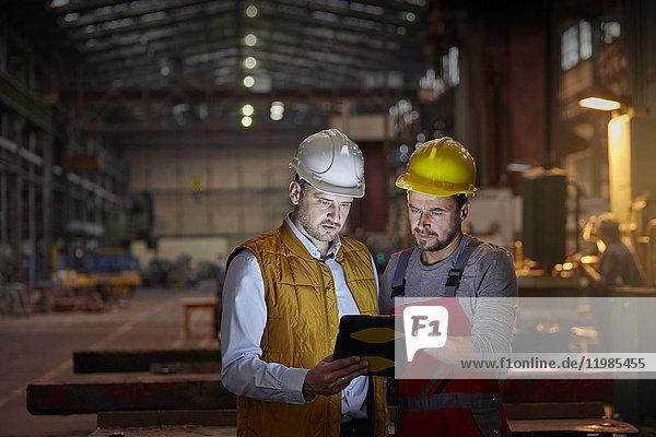 Ansicht,arbeiten,Arbeitswelt,Bauhelm,Bauwerk,beleuchtet