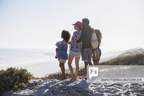 Familie mit Blick auf den sonnigen Sommerstrand