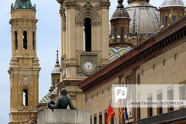 Back of Francisco Goya statue in front  Basilica de Nuestra Senora del Pilar in background  townhall of Zaragoza on right  Plaza del Pilar  Zaragoza  Aragon  Spain  Europe