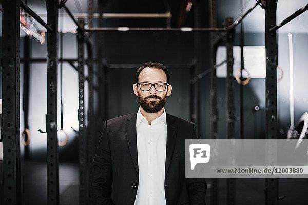 Porträt eines ambitionierten Geschäftsmannes im Fitnessstudio