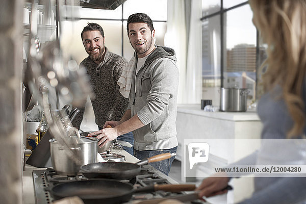 Freunde bei der Zubereitung einer Mahlzeit in der Küche