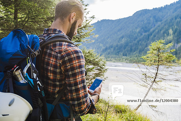 Wanderer Orientieren mit dem Handy