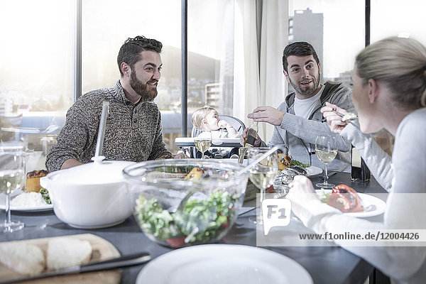 Familie und Freunde beim gemeinsamen Abendessen