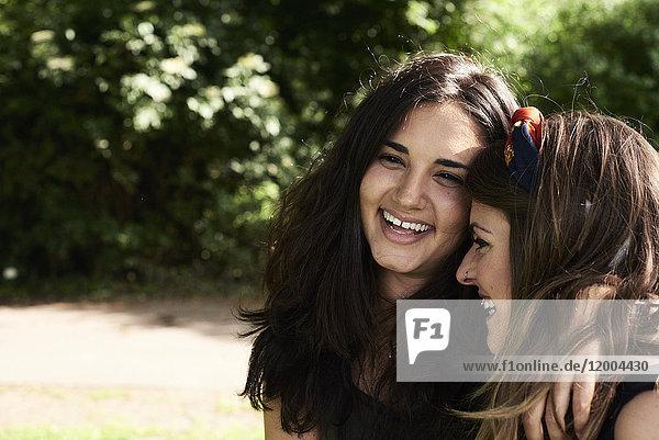 Porträt von zwei Freunden  lachend mit den Armen umher
