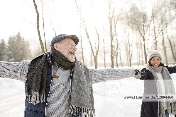 Happy Senior Paar Eislaufen