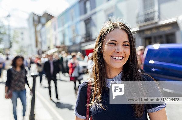 UK  London  Portobello Road  Portrait einer glücklichen jungen Frau