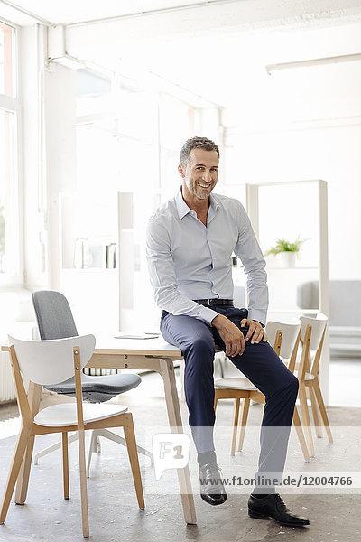 Porträt eines lächelnden Geschäftsmannes im Amt