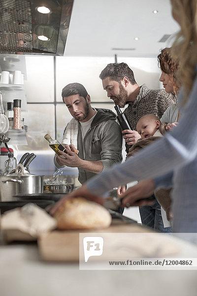 Familie und Freunde bei der Zubereitung einer Mahlzeit in der Küche