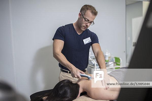 Physio-Massage Frauenrücken mit Gerät