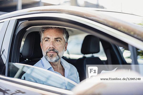 Geschäftsmann mit Dokumenten im Auto