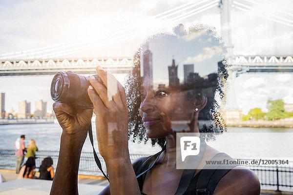 USA,  New York City,  Brooklyn,  Frau mit Blick auf die Kamera
