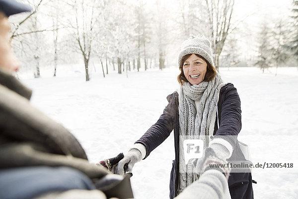 Glückliches Seniorenpaar in der Winterlandschaft