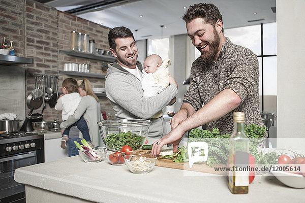 Familie und Freunde bei der Zubereitung einer gesunden Mahlzeit in der Küche