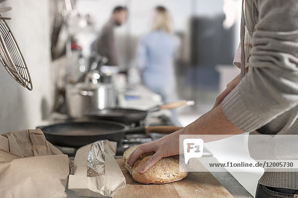 Nahaufnahme des Brotschneiders in der Küche