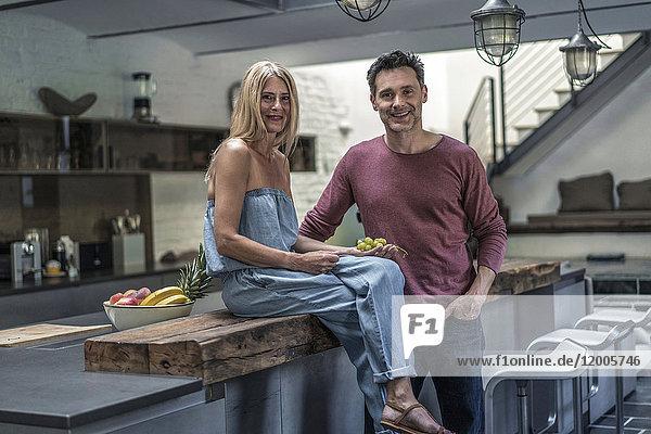 Glückliches Paar in der Landhausküche