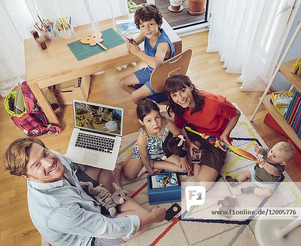 Porträt einer glücklichen Familie im Kinderzimmer