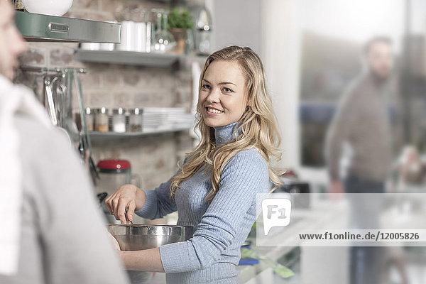 Junge Frau Rührschüssel Kochen in der Küche