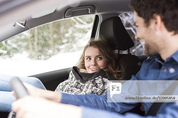 Junges Paar im Winter auf Roadtrip