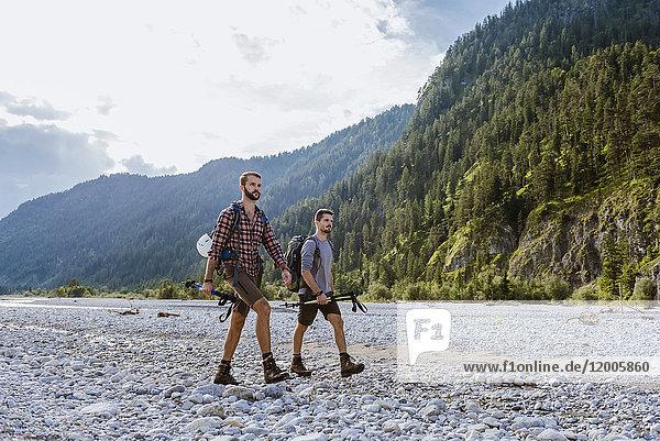 Deutschland  Bayern  zwei Wanderer im trockenen Bachbett