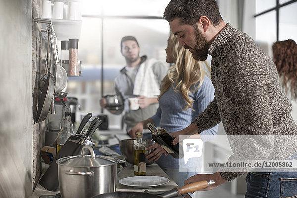 Freunde kochen gemeinsam in der Küche