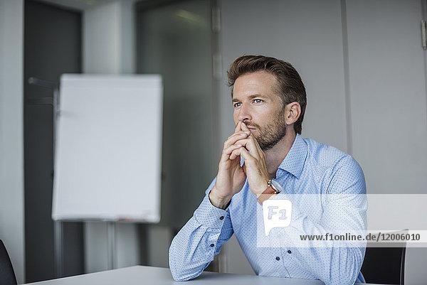Porträt eines nachdenklichen Geschäftsmannes im Büro