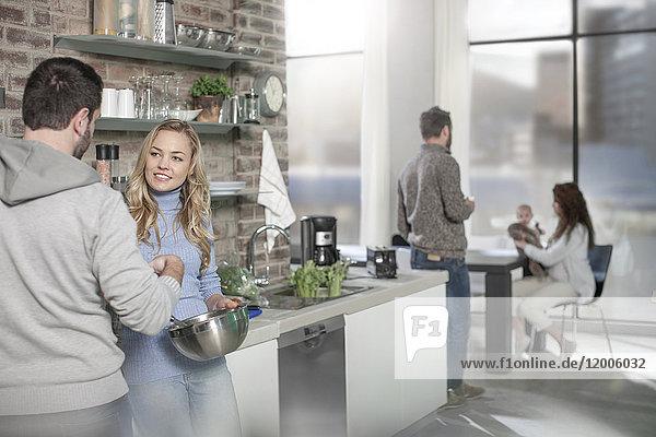 Paarkochen für Familie und Freunde in der Küche