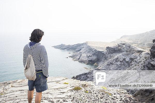 Spanien  Murcia  junger Mann mit Blick aufs Meer