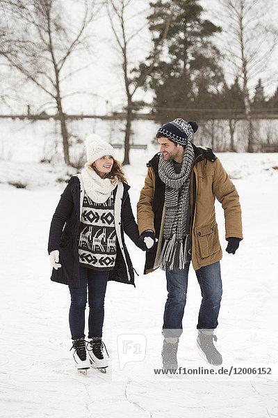 Junges Paar Eislaufen in der Natur