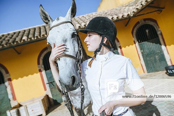 Junger Reiter mit Pferd
