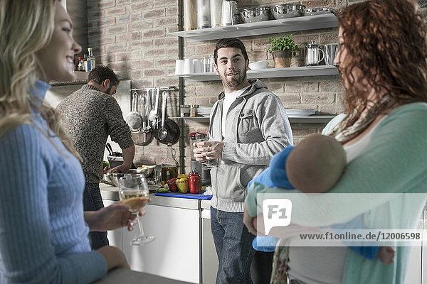Familie und Freunde mit Baby in der Küche