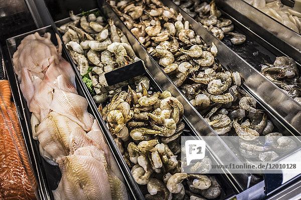 Krabben- und Fischfilets in der Vitrine