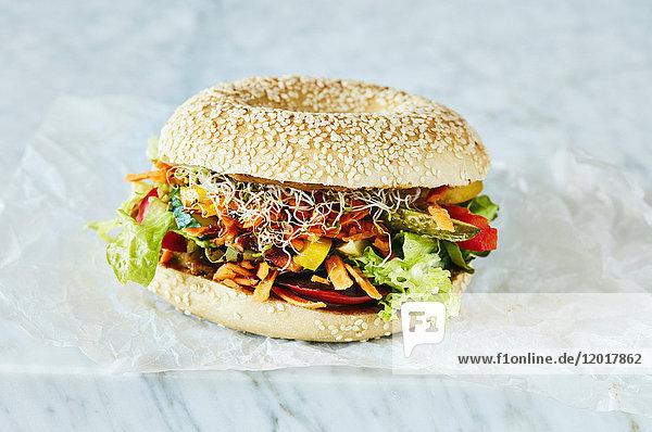 Nahaufnahme eines frischen vegetarischen Burgers auf dem Tisch