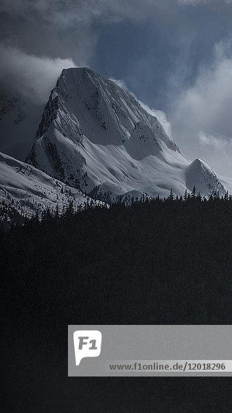 Blick auf den schneebedeckten Berg gegen den Himmel  Tantalus  British Columbia  Kanada Blick auf den schneebedeckten Berg gegen den Himmel, Tantalus, British Columbia, Kanada
