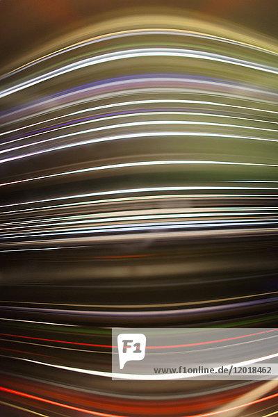 Vollbildabstraktes Bild von bunten Lichtspuren