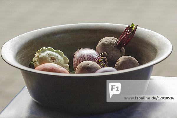 Nahaufnahme von verschiedenen Gemüsesorten im Container auf dem Tisch