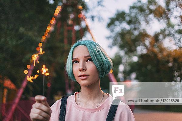 Nahaufnahme eines Teenagermädchens mit leuchtender Wunderkerze