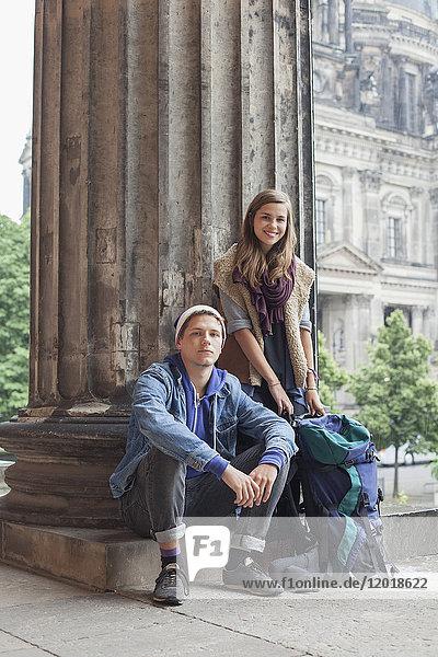 Porträt lächelnder junger Freunde im Alten Museum  Berlin  Deutschland