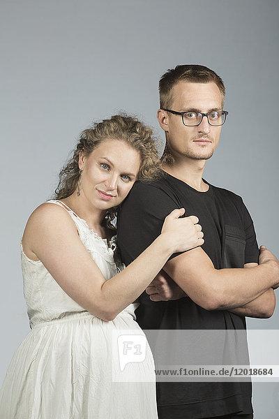 Porträt eines Paares vor grauem Hintergrund