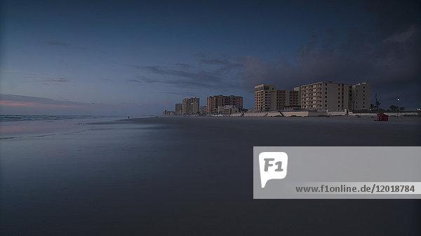 Blick auf den Strand gegen den Himmel bei Sonnenuntergang  Daytona  Florida  USA Blick auf den Strand gegen den Himmel bei Sonnenuntergang, Daytona, Florida, USA