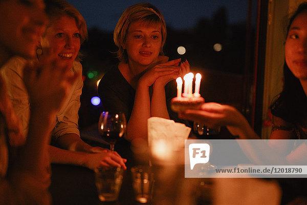 Freundinnen feiern nachts zu Hause Geburtstag