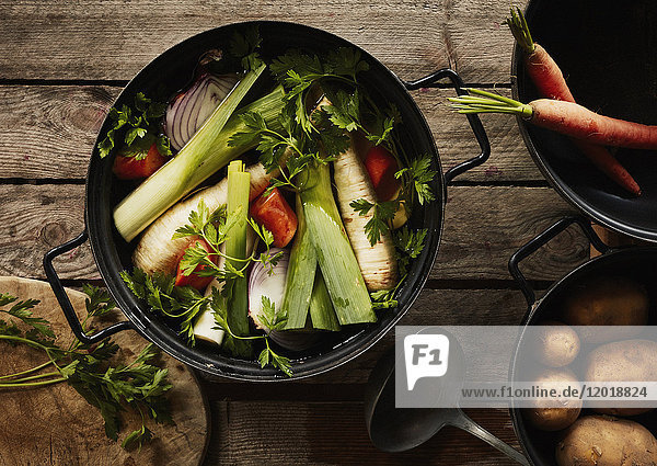 Direkt über Schuss frisches Gemüse im Container auf Holztisch