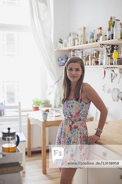 Porträt der schönen Frau am Tresen in der heimischen Küche